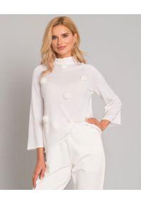 LE TRICOT PERUGIA - Korygujący biały golf z pomponami. Typ kołnierza: golf. Kolor: biały. Materiał: jeans, futro, materiał. Wzór: aplikacja. Styl: klasyczny, elegancki
