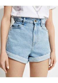 RETROFETE - Jeansowe szorty z wysokim stanem Haisley. Stan: podwyższony. Kolor: niebieski. Materiał: jeans. Wzór: aplikacja. Styl: klasyczny