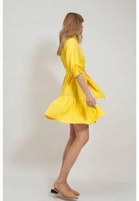 Nife - Wiskozowa koszulowa sukienka z falbaną wiązana w pasie żółta. Kolor: żółty. Materiał: wiskoza. Typ sukienki: koszulowe