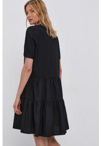 Vero Moda - Sukienka. Typ kołnierza: kołnierzyk stójkowy. Kolor: czarny. Materiał: bawełna, tkanina. Długość rękawa: krótki rękaw. Wzór: gładki. Typ sukienki: rozkloszowane