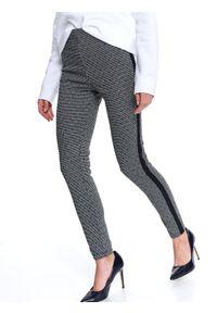 TOP SECRET - Dzianinowe legginsy w drobny wzór. Okazja: na co dzień. Stan: podwyższony. Kolor: czarny. Materiał: dzianina. Długość: długie. Sezon: wiosna. Styl: sportowy, casual