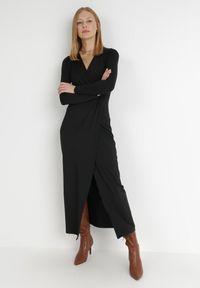 Born2be - Czarna Sukienka Mellona. Typ kołnierza: dekolt w kształcie V. Kolor: czarny. Materiał: dzianina, materiał. Długość rękawa: długi rękaw. Wzór: gładki. Typ sukienki: kopertowe. Styl: glamour, elegancki. Długość: maxi