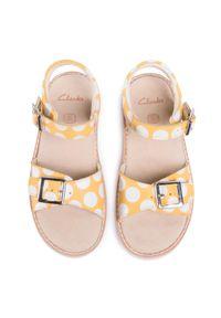 Żółte sandały Clarks na lato