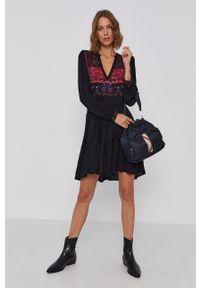 Desigual - Sukienka. Kolor: czarny. Materiał: tkanina. Długość rękawa: długi rękaw. Wzór: nadruk. Typ sukienki: rozkloszowane