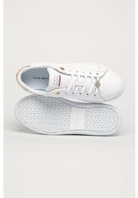 Białe buty sportowe TOMMY HILFIGER na obcasie, na sznurówki, z cholewką