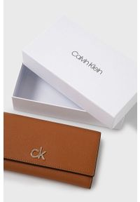 Calvin Klein - Portfel. Kolor: brązowy. Materiał: materiał. Wzór: gładki