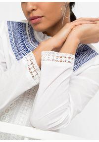Bluzka zakładana przez głowę bonprix biało-niebieski. Kolor: biały. Materiał: koronka. Długość rękawa: długi rękaw. Długość: długie. Styl: elegancki