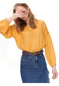 TOP SECRET - Luźna bluzka z marszczeniami. Okazja: na co dzień. Typ kołnierza: dekolt w serek. Kolor: żółty. Długość rękawa: krótki rękaw. Długość: długie. Wzór: haft. Sezon: lato, wiosna. Styl: casual