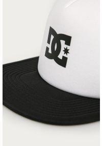 Biała czapka z daszkiem DC z aplikacjami