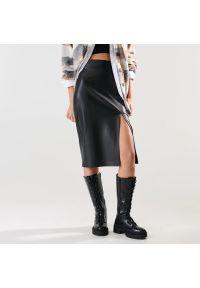 Sinsay - Spódnica midi z imitacji skóry - Czarny. Kolor: czarny. Materiał: skóra