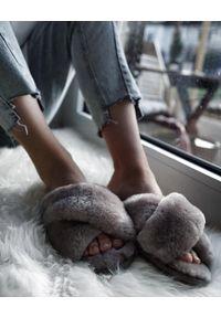emu - Klapki Emu Mayberry Dove Grey, Futro naturalne. Kolor: szary. Materiał: skóra. Wzór: paski. Styl: elegancki
