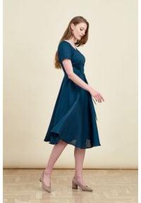 Marie Zélie - Sukienka Rosa lniana szmaragdowa. Typ kołnierza: kokarda. Kolor: zielony. Materiał: len. Długość rękawa: krótki rękaw. Długość: midi