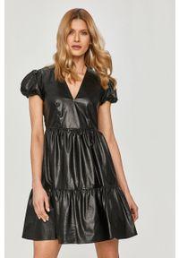 TwinSet - Twinset - Sukienka. Kolor: czarny. Długość rękawa: krótki rękaw. Typ sukienki: rozkloszowane