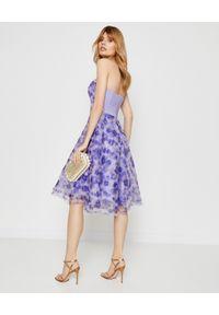 Elisabetta Franchi - ELISABETTA FRANCHI - Sukienka midi w kwiaty. Okazja: na imprezę. Kolor: niebieski. Długość rękawa: bez ramiączek. Wzór: kwiaty. Sezon: lato. Długość: midi #5