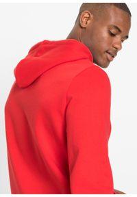 Bluza z kapturem bonprix czerwony sygnałowy z nadrukiem. Typ kołnierza: kaptur. Kolor: czerwony. Wzór: nadruk