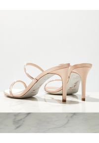 RENE CAOVILLA - Beżowe sandały na szpilce Bessie. Zapięcie: pasek. Kolor: beżowy. Materiał: jedwab, satyna. Wzór: paski. Obcas: na szpilce. Wysokość obcasa: średni #5
