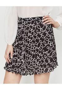 Elisabetta Franchi - ELISABETTA FRANCHI - Czarna mini spódnica z kontrastowym wzorem. Kolor: czarny. Wzór: napisy, aplikacja. Styl: klasyczny