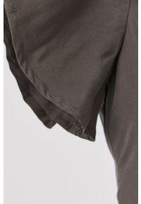 Vero Moda - Kombinezon. Okazja: na co dzień. Kolor: szary. Materiał: lyocell, tkanina, jedwab, materiał. Długość rękawa: krótki rękaw. Długość: krótkie. Wzór: gładki. Styl: casual