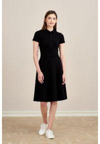Marie Zélie - Sukienka Polo czarna trapezowa krótki rękaw. Okazja: do pracy, na co dzień. Typ kołnierza: polo. Kolor: czarny. Materiał: bawełna, dzianina, materiał. Długość rękawa: krótki rękaw. Typ sukienki: trapezowe. Styl: wakacyjny, sportowy, klasyczny, casual