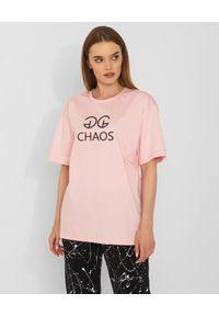 CHAOS BY MARTA BOLIGLOVA - Różowy t-shirt bawełniany z logo. Kolor: wielokolorowy, fioletowy, różowy. Materiał: bawełna. Wzór: nadruk