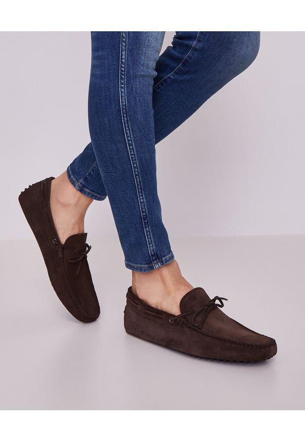 TOD'S - Brązowe mokasyny Gommino Driving. Kolor: brązowy. Materiał: jeans, zamsz, len, guma. Wzór: aplikacja