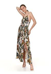 TOP SECRET - Letnia sukienka maxi w egzotyczny wzór. Okazja: na imprezę. Kolor: biały. Materiał: materiał. Długość rękawa: na ramiączkach. Wzór: nadruk. Sezon: lato. Styl: wakacyjny. Długość: maxi