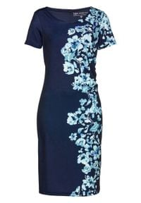 Sukienka shirtowa z nadrukiem bonprix ciemnoniebiesko-niebieski z nadrukiem. Typ kołnierza: dekolt w serek. Kolor: niebieski. Długość rękawa: krótki rękaw. Wzór: nadruk. Styl: elegancki