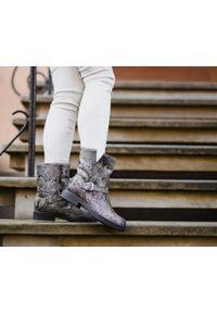 Zapato - ocieplane botki na grubym spodzie - skóra naturalna - model 436 - kolor wąż. Okazja: na imprezę, na co dzień. Zapięcie: bez zapięcia. Materiał: skóra. Wzór: motyw zwierzęcy, kolorowy. Sezon: jesień, zima. Obcas: na płaskiej podeszwie. Styl: klasyczny, elegancki, street, casual