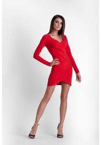 IVON - Czerwona Drapowana Ołówkowa Sukienka z Kopertowym Założeniem. Kolor: czerwony. Materiał: poliester, elastan. Typ sukienki: kopertowe, ołówkowe
