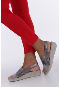 Casu - Szare sandały na koturnie z odkrytymi palcami casu f19x5/g. Nosek buta: otwarty. Kolor: szary. Obcas: na koturnie