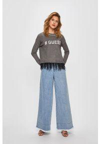 Szary sweter Guess Jeans z okrągłym kołnierzem, z aplikacjami