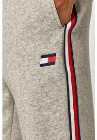 Szare spodnie dresowe Tommy Sport z aplikacjami