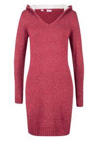 Sukienka dzianinowa z miękkim kapturem bonprix czerwono-biały melanż. Kolor: czerwony. Materiał: wiskoza, dzianina, materiał, akryl, poliester. Wzór: melanż