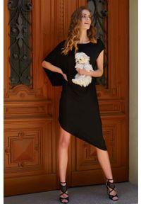 Makadamia - Czarna Asymetryczna Sukienka na Lato. Kolor: czarny. Materiał: wiskoza. Sezon: lato. Typ sukienki: asymetryczne