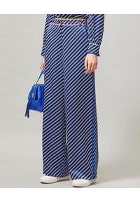Tory Burch - TORY BURCH - Spodnie w paski. Stan: podwyższony. Kolor: niebieski. Materiał: jedwab. Długość: długie. Wzór: paski