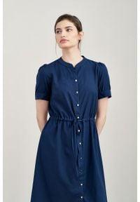 Marie Zélie - Sukienka Alma wiskoza z bawełną granatowa. Typ kołnierza: kołnierzyk stójkowy. Kolor: niebieski. Materiał: bawełna, wiskoza. Długość rękawa: krótki rękaw. Typ sukienki: szmizjerki