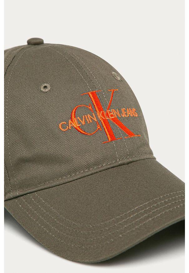 Oliwkowa czapka z daszkiem Calvin Klein Jeans z aplikacjami