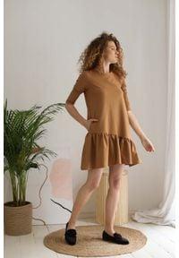 Nommo - Bawełniana Sukienka z Ukośną Falbanką - Kamelowa. Materiał: bawełna