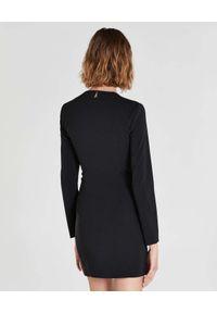 Patrizia Pepe - PATRIZIA PEPE - Czarna sukienka mini z łańcuchem. Kolor: czarny. Materiał: materiał. Typ sukienki: dopasowane. Długość: mini