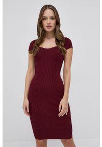 Guess - Sukienka. Typ kołnierza: kołnierzyk stójkowy. Kolor: czerwony. Materiał: tkanina. Długość rękawa: raglanowy rękaw. Typ sukienki: rozkloszowane