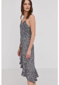 Czarna sukienka Answear Lab midi, prosta, na ramiączkach, wakacyjna