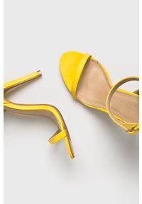 Żółte sandały Truffle Collection z okrągłym noskiem, na klamry