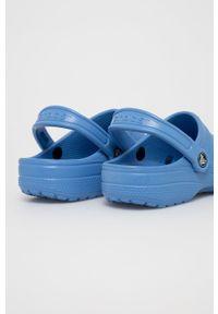 Crocs - Klapki. Kolor: niebieski. Materiał: materiał, guma. Wzór: gładki