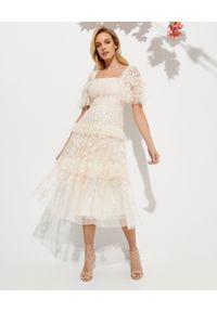 NEEDLE & THREAD - Sukienka Arven Midaxi. Typ kołnierza: dekolt kwadratowy. Kolor: beżowy. Wzór: haft, kwiaty, aplikacja. Styl: vintage