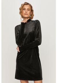 Jacqueline de Yong - Sukienka. Kolor: czarny. Materiał: materiał. Długość rękawa: długi rękaw. Typ sukienki: rozkloszowane
