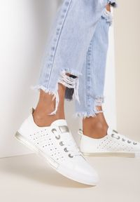 Renee - Biało-Złote Trampki Nemoreli. Wysokość cholewki: przed kostkę. Zapięcie: sznurówki. Kolor: biały. Materiał: jeans. Szerokość cholewki: normalna. Wzór: ażurowy. Styl: klasyczny