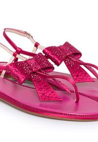 RENE CAOVILLA - Japonki z kryształami Swarovskiego. Kolor: fioletowy, różowy, wielokolorowy. Materiał: guma, materiał, satyna. Wzór: aplikacja. Sezon: lato