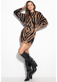 e-margeritka - Sukienka swetrowa ciepła w zebrę karmelowa - s/m. Materiał: nylon, wiskoza, materiał, elastan, poliamid. Wzór: motyw zwierzęcy. Typ sukienki: oversize