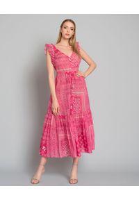 ANJUNA - Różowa sukienka maxi. Typ kołnierza: kołnierz z falbankami. Kolor: różowy, wielokolorowy, fioletowy. Materiał: bawełna. Długość rękawa: na ramiączkach. Wzór: aplikacja. Typ sukienki: rozkloszowane, dopasowane. Długość: maxi