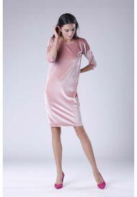 Nommo - Różowa Wyjściowa Sukienka Welurowa z Lejącym Dekoltem na Plecach. Kolor: różowy. Materiał: welur. Styl: wizytowy